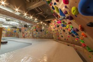 東京都新宿区のボルダリングジム『APEX Climbing Gym(エイペックス クライミング ジム) 新宿駅西口店』